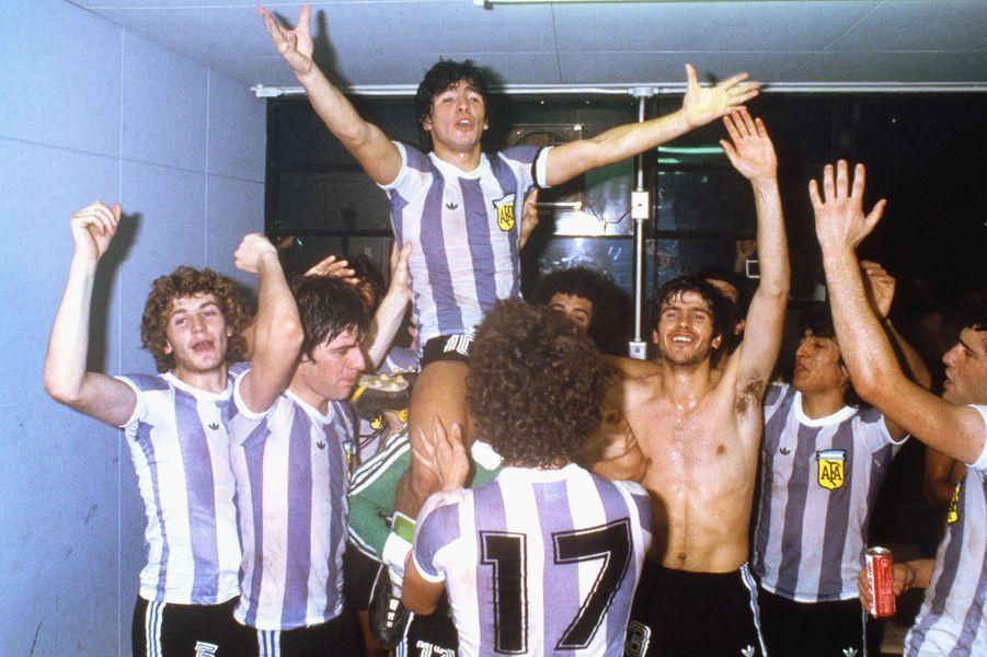 Diego Maradona célèbre la victoire de l'équipe espoirs d'Argentine lors de la Coupe du monde en 1979.