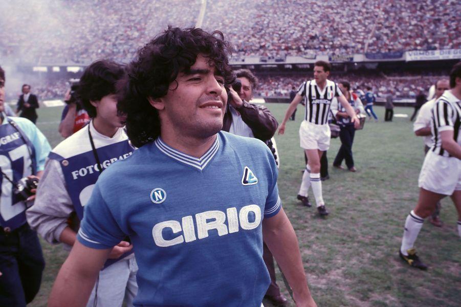 Diego Maradona sous le maillot du Napoli en 1985.