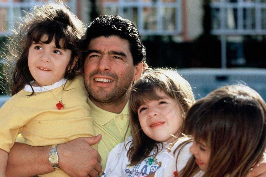 Diego Maradona avec trois de ses filles en 1992.