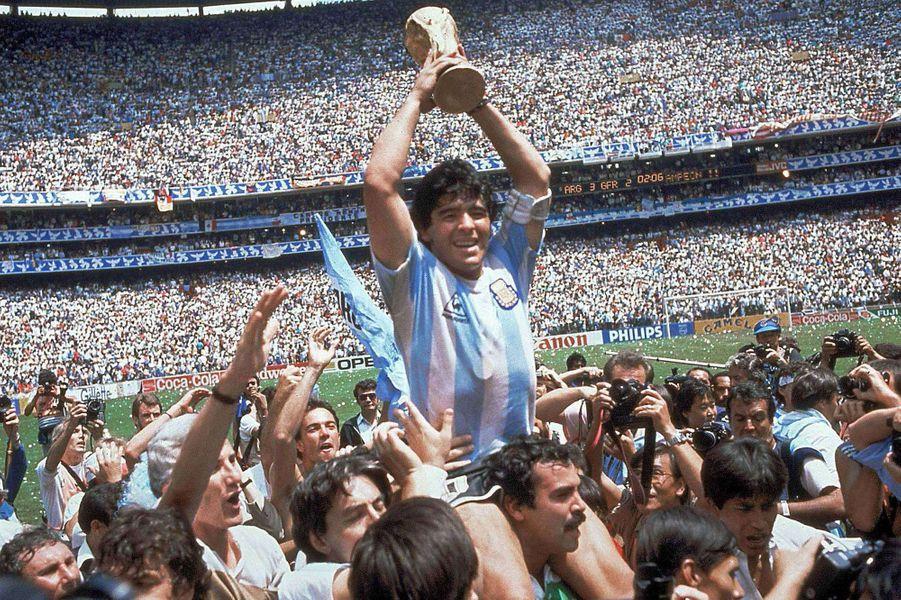 Diego Maradona porte la Coupe du Monde 1986.