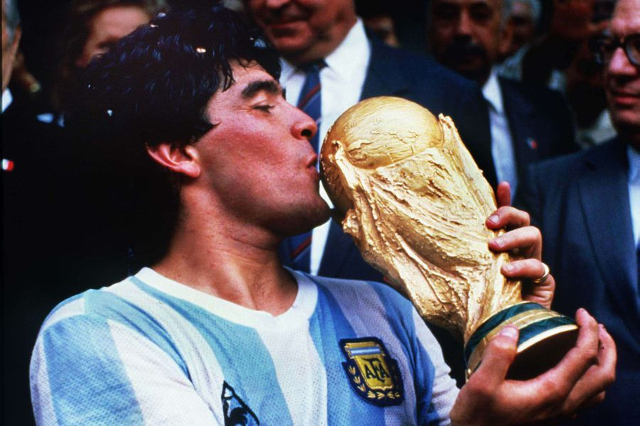 Diego Maradona embrasse la Coupe du Monde 1986.