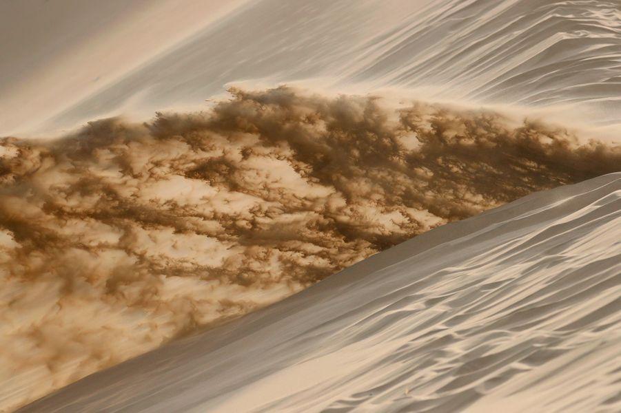Jet de sable par une moto.