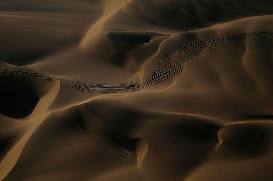 Traces de roues dans les dunes.