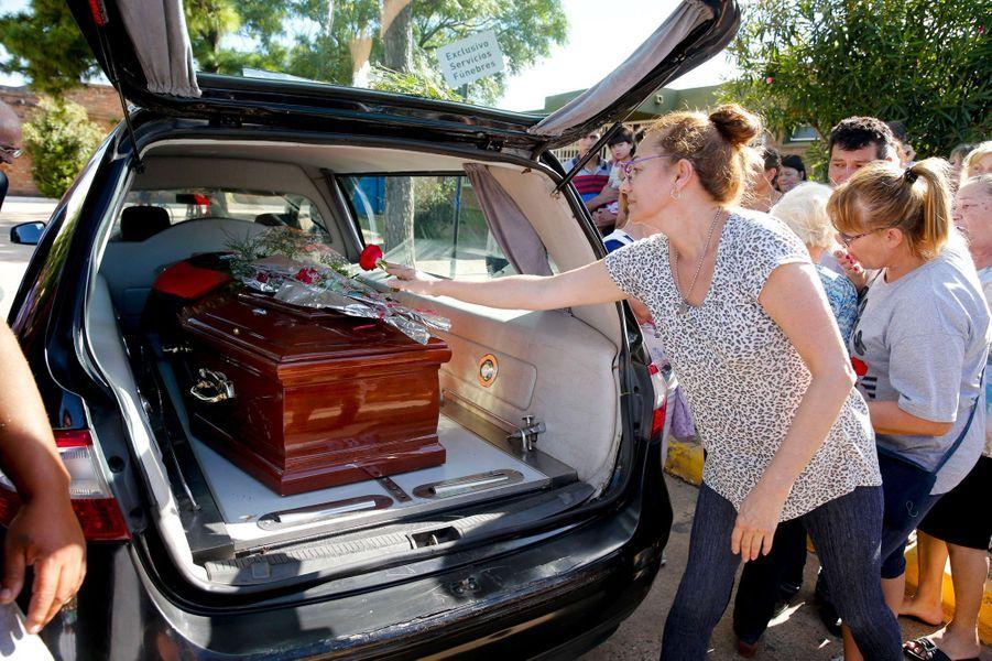 Au cimetière de Santa Fe en Argentine, les gens déposent des fleurs sur le cercueil d'Emiliano Sala, samedi.