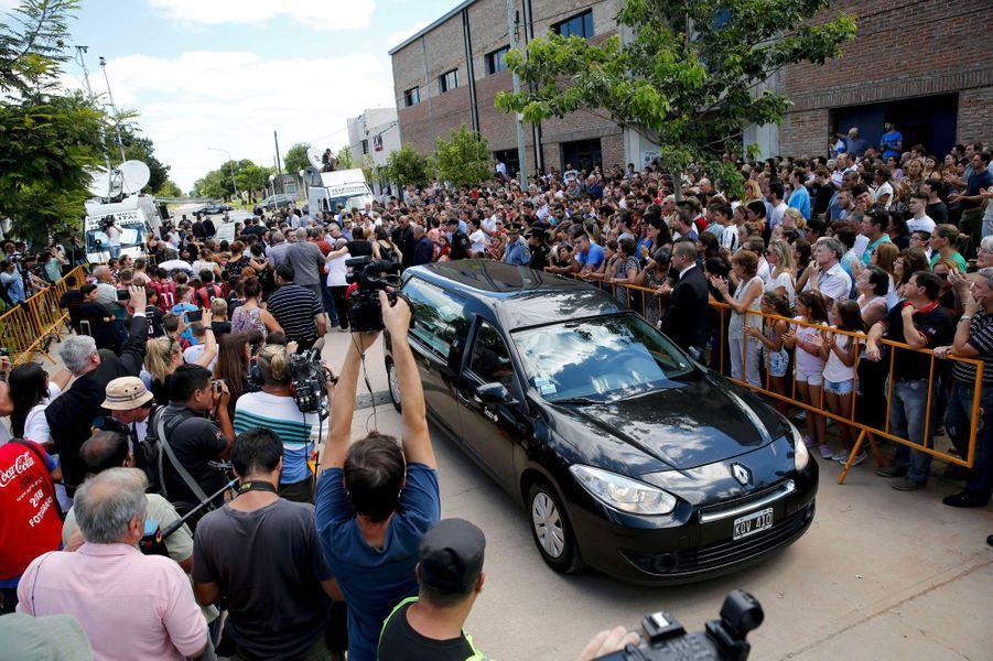 Le véhicule transportant le cercueil d'Emiliano Sala quitte Progreso en Argentine, samedi.