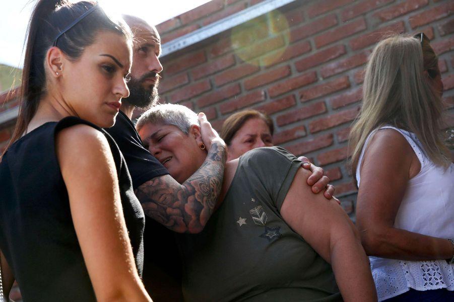 Mercedes Taffarel, la mère d'Emiliano Sala, réconfortée par son ex-coéquipier Nicolas Pallois.
