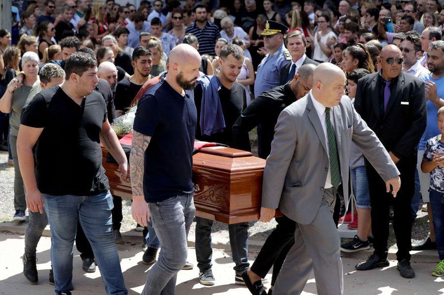 Le joueur de Nantes Nicolas Pallois (à gauche, devant), le frère d'Emiliano, Dario Sala (à gauche, derrière), et Horacio Sala (à droite, derrière), son père, portent le cercueil du footballeur.