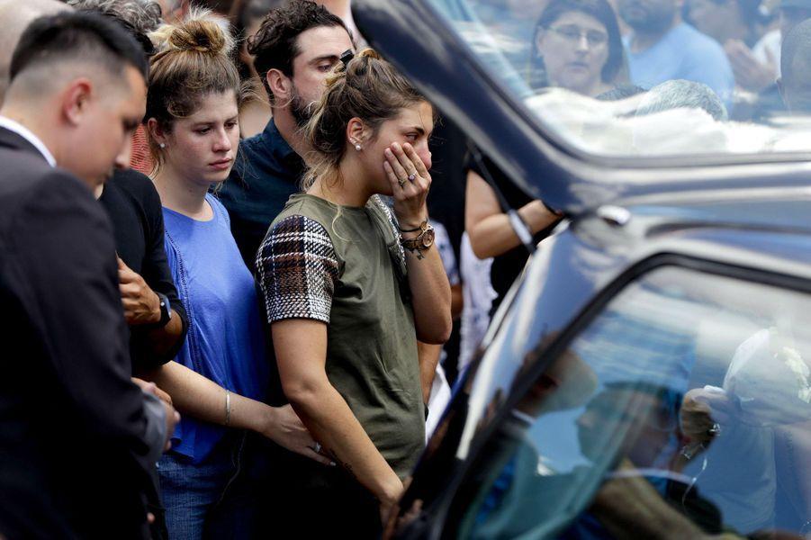 Romina Sala, la sœur du footballeur, pleure à la fin de la cérémonie, samedi à Progreso en Argentine.
