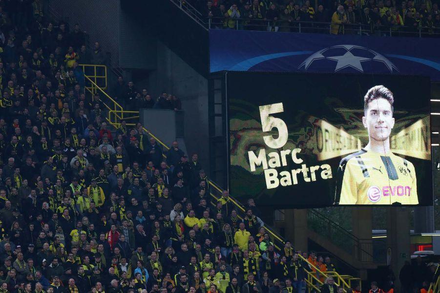 Hommage à Marc Bartra, blessé dans l'explosion.