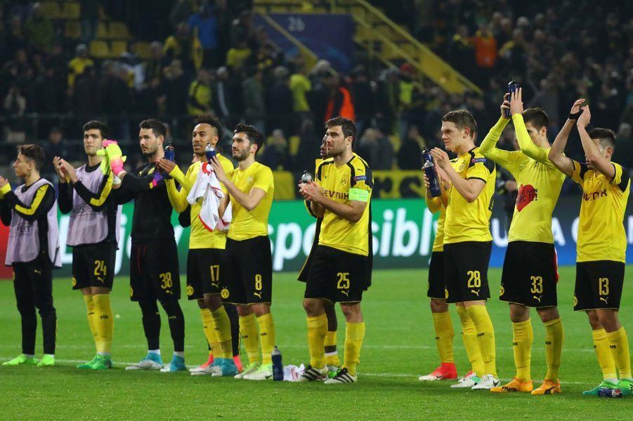 Les joueurs applaudissent les supporters