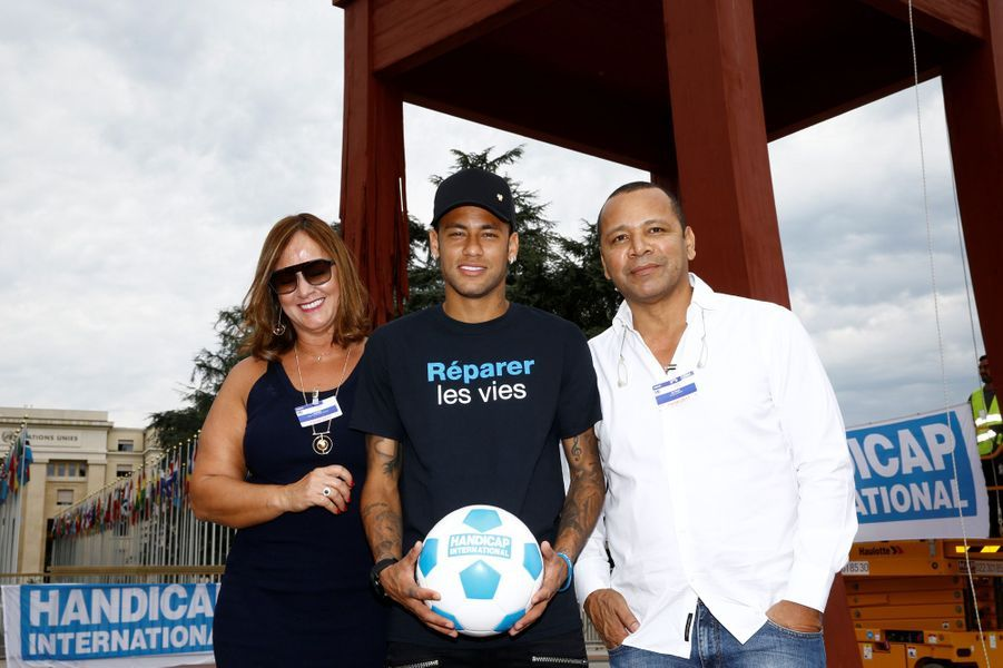 Le joueur pose avec ses parentsNeymar Santos Sr et Nadine Santos.