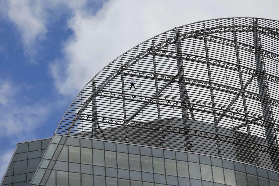 Le nouvel exploit d'Alain Robert, le Spiderman français, à la Défense