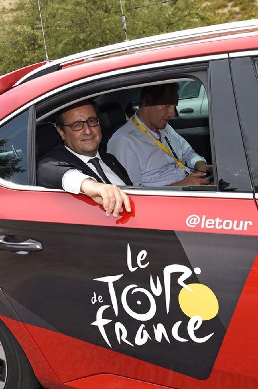 François Hollande joint l'utile à l'agréable sur le Tour de France