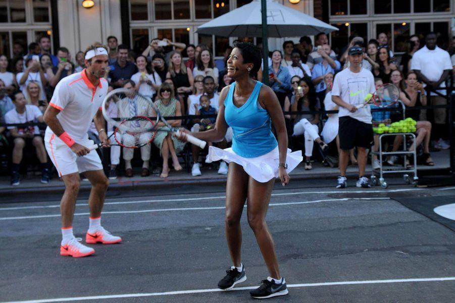 Roger Federer et la journaliste Tamron Hall à New York pour l'événement Nike Street Tennis