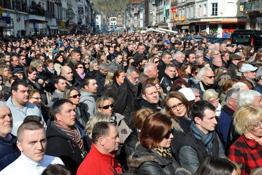 Des centaines de personnes s'étaient réunies dans les rues de Pont-Audemer pour dire un dernier adieu à Alexis Vastine