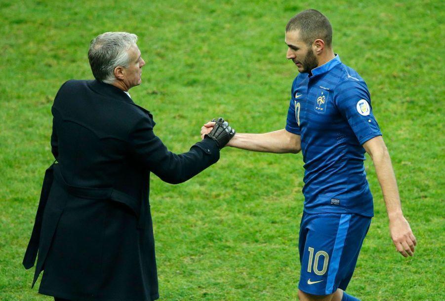 Karim Benzema serre la main de Didier Deschamps, les Bleus verront Rio.