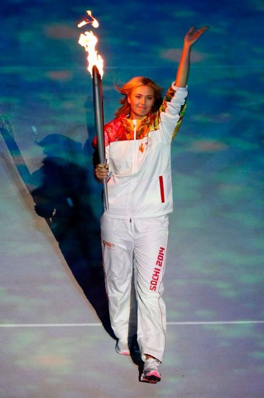Maria Sharapova a fait entrer la flamme dans le stade...