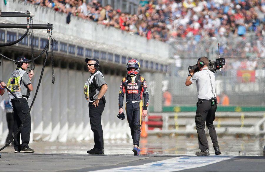 Max Verstappen qui rejoint son équipe après le Grand Prix de Melbourne, le 15 mars 2015