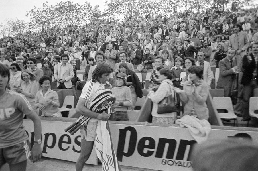 Juin 1977, le joueur roumain Ilie Nastase quitte le court