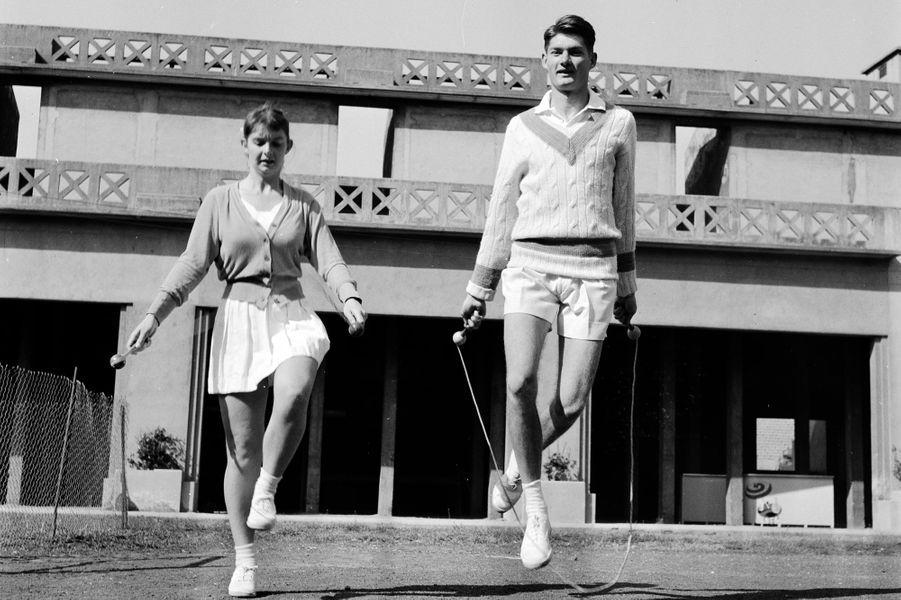 Mai 1956, deux joueurs s'entrainent avant une rencontre