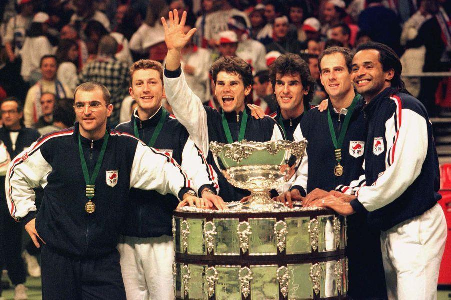 La joie de Yannick Noach et de l'équipe de France victorieuse de la Coupe Davis en 1996
