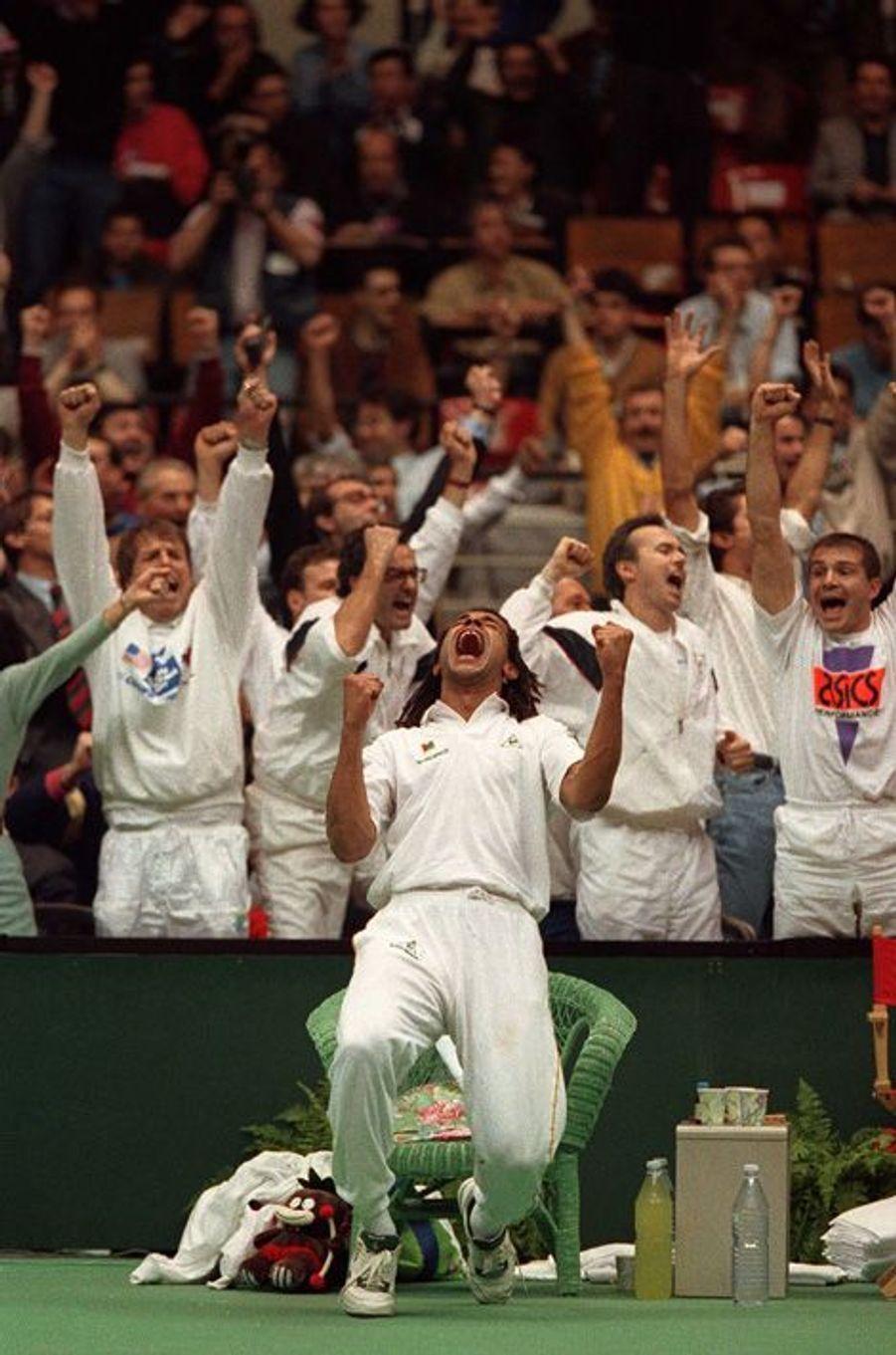 La joie de Yannick Noah après la finale face aux Etats-Unis en décembre 1991