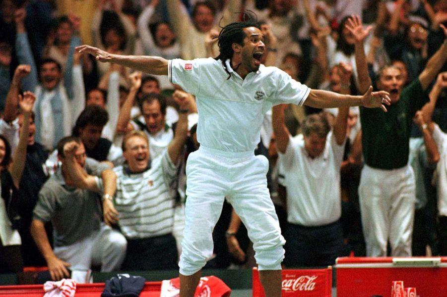 La joie de Yannick Noah lors de la qualification de la France en finale de la Coupe Davis 1996