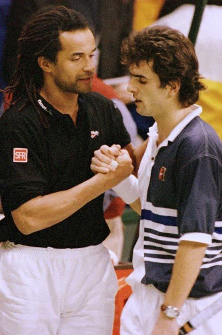 Yannick Noah réconforte Cédric Pioline lors de la finale face à la Suède en 1996