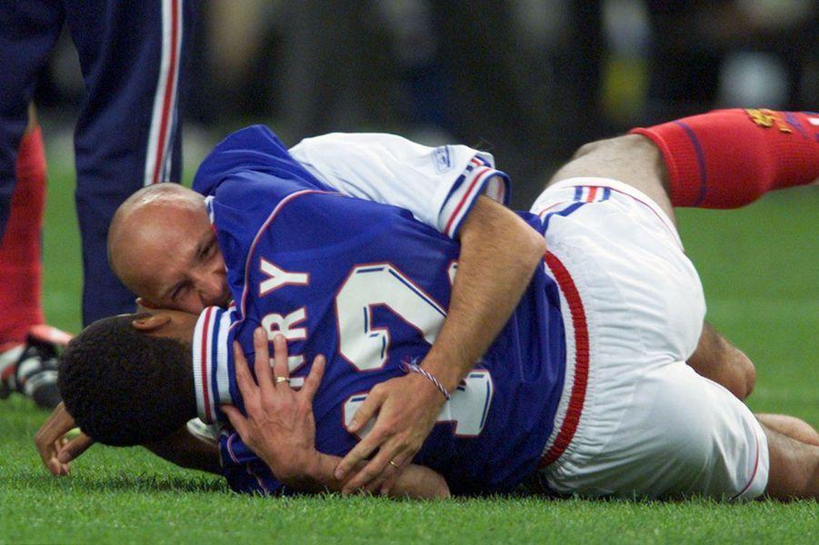 Dans les bras de Franck Leboeuf après la victoire contre le Brésil