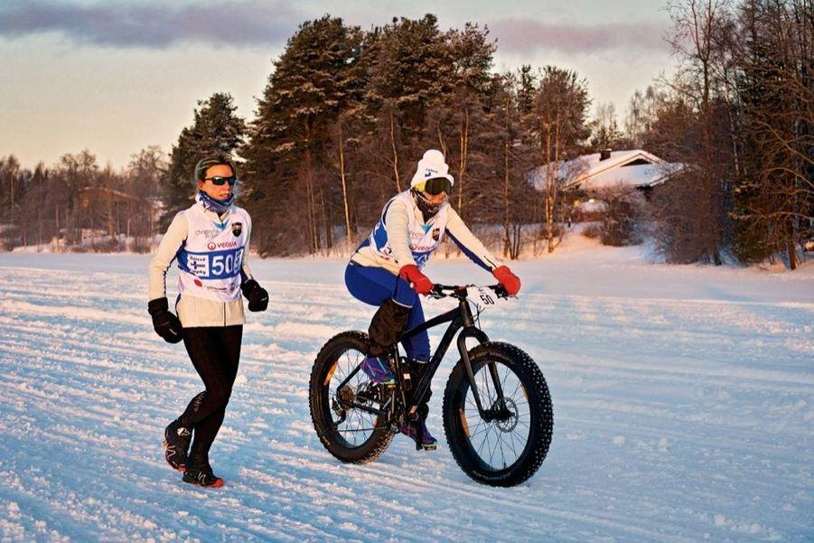 L'équipe Paris Match : Paola la marathonienne et Valérie la cycliste.