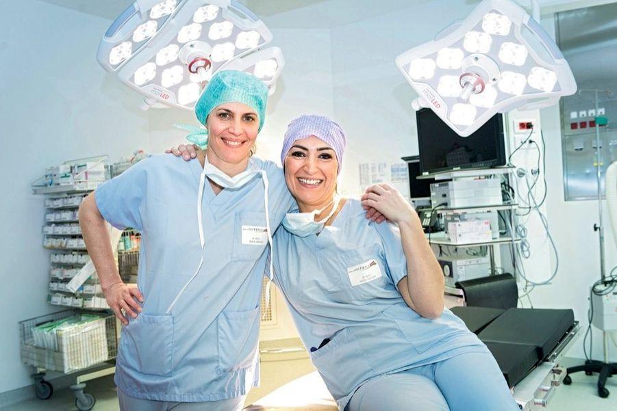 Amélie, la chirurgienne de 41 ans, et Malika, l'infirmière de 37 ans, à la polyclinique Bordeaux Nord Aquitaine, dans la salle d'opération que toutes deux connaissent bien.