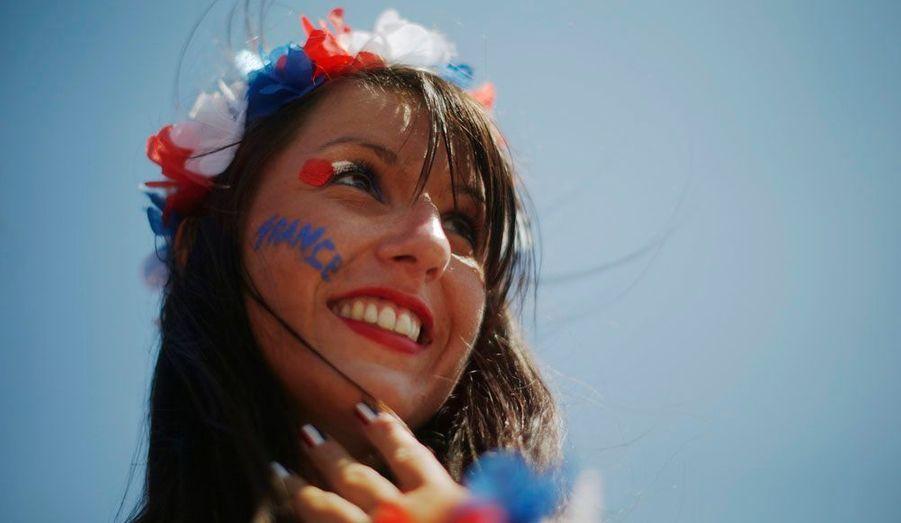 L'Euro 2012 de football s'est ouvert vendredi en Ukraine. Un moment de fête pour les fans, toujours prêts à faire le show. Déguisements, maquillage, perruques… pendant la compétition, ils se parent de leurs plus belles tenues pour supporter leur équipe. Ici, une fan française.