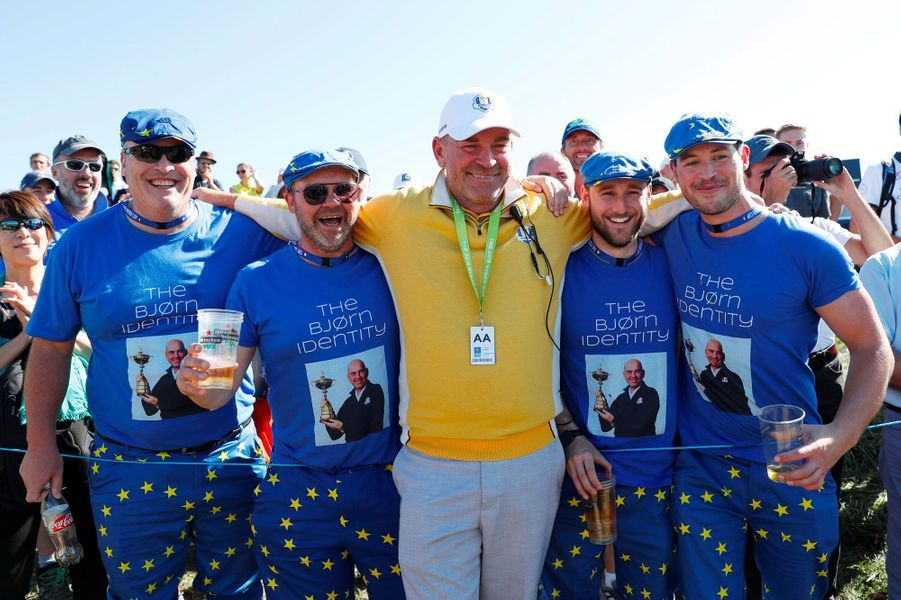 Les fans de l'équipe européenne posent avec Thomas Bjorn, le capitaine, jeudi.