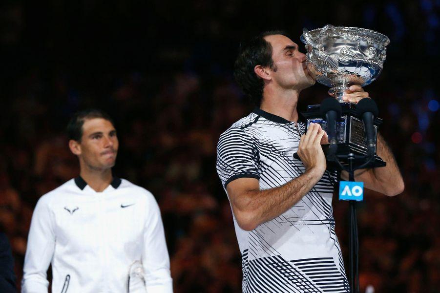 Roger Federer embrasse le trophée sous les yeux de son rival