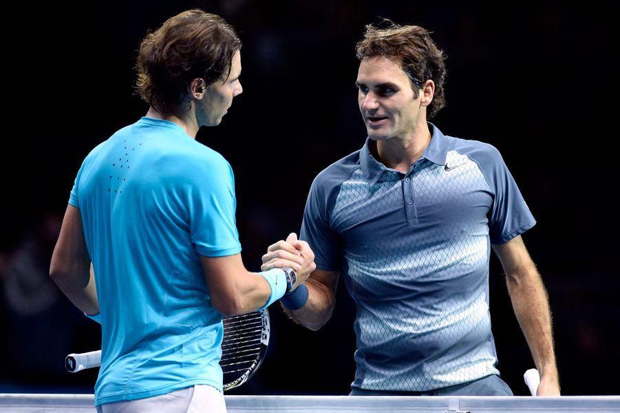Rafael Nadal est congratulé par Roger Federer après sa victoire en demi-finale du Masters en 2013.