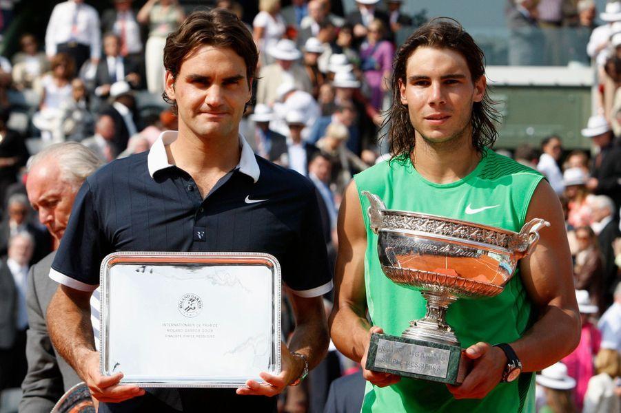 Rafael Nadal remporte à nouveau Roland-Garros en s'imposant face à Roger Federer en finale en 2008.