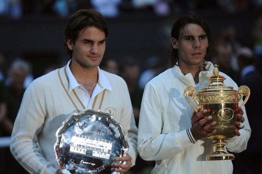Rafael Nadal remporte le tournoi de Wimbledon 2008 en dominant Roger Federer en finale en cinq sets.