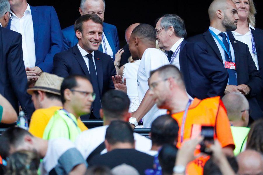 Emmanuel Macron et Kylian Mbappé dimanche à Lyon.