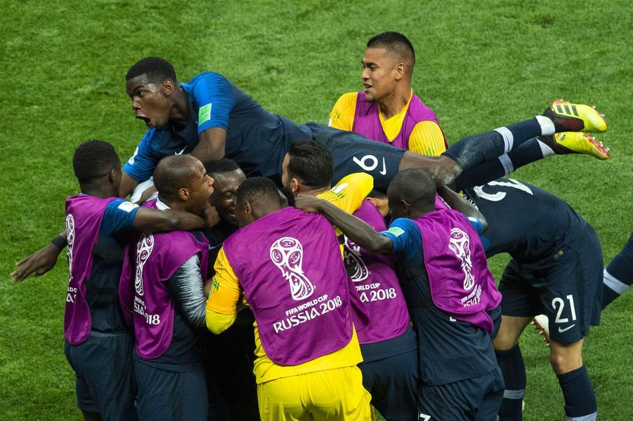 Didier Deschamps et les 23 Bleus au moment du coup de sifflet final.