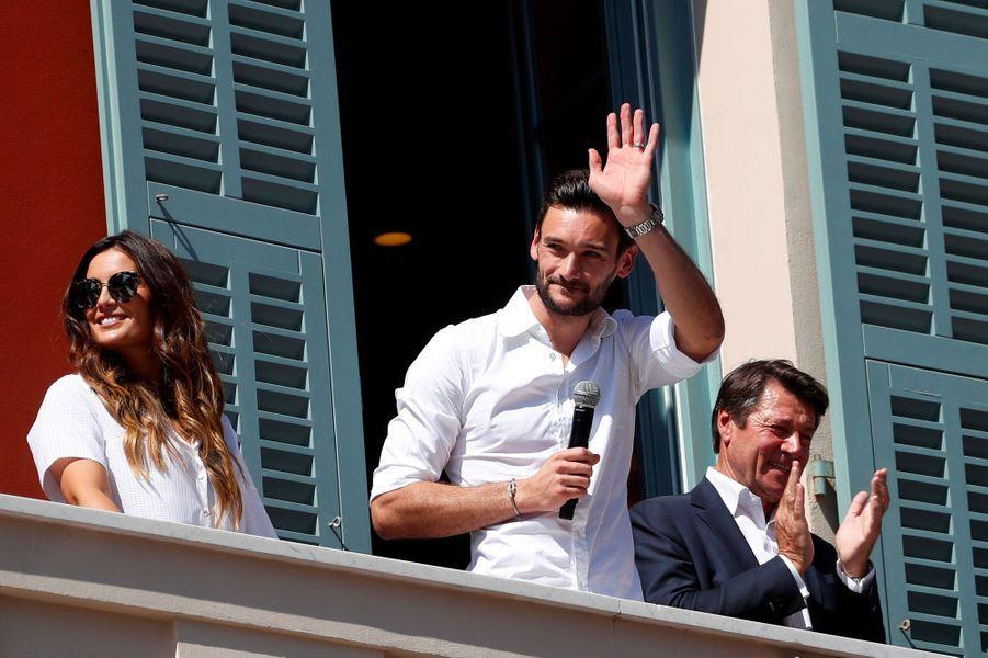 Hugo Lloris au balcon de l'hôtel de ville de Nice, avec son épouse Marine et leurs deux filles, ainsi que le maire de la ville, Christian Estrosi.