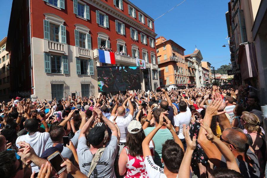 Une foule compacte s'est rassemblée pour acclamer Hugo Lloris.