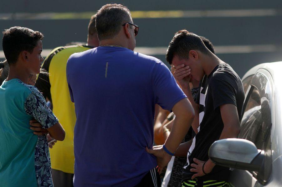 De nombreux proches ont afflué vers le centre d'entraînement, angoissés de ne pas avoir de nouvelles des joueurs.