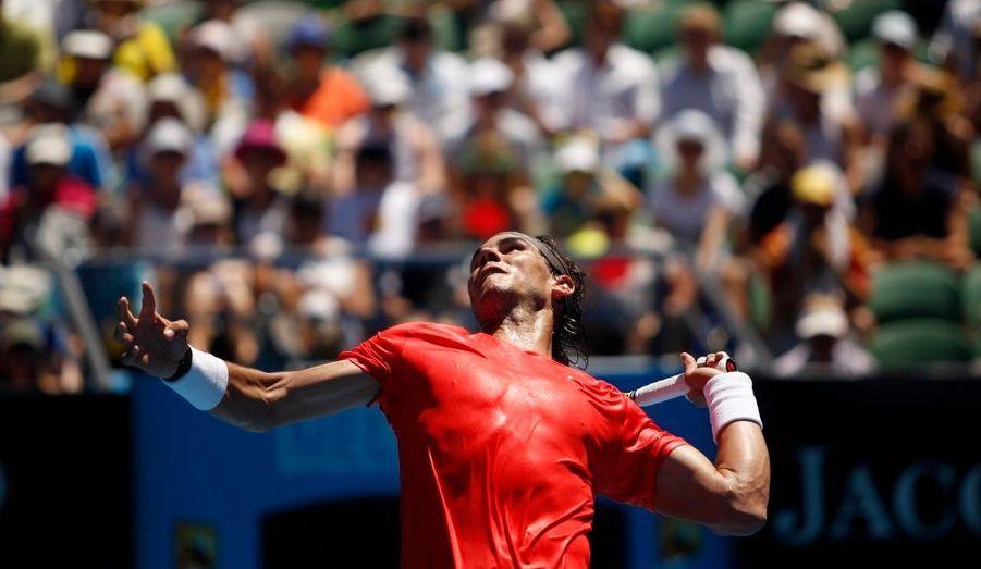 Le tennisman Rafael Nadal a facilement battu l'Américain Ryan Sweeting à l'Open d'Australie, 6-2/6-1/6-1. Il a pour but de remporter son quatrième trophée du Grand Chelem d'affilée.