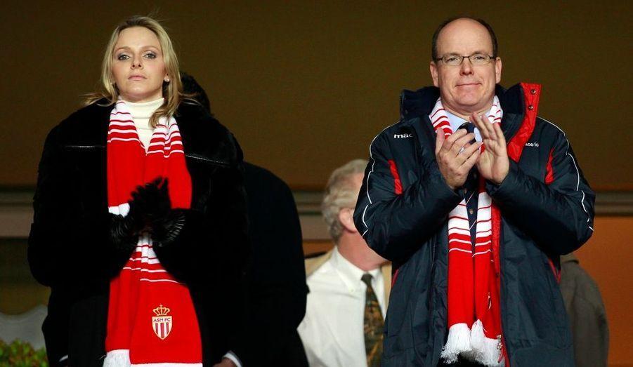 Hier soir, Monaco et Marseille se sont quittés bons amis (0-0), au terme d'une rencontre insipide. Avec 21 points, l'ASM reste cramponnée à la dix-neuvième place, dans la zone rouge, alors que l'OM reste à huit points du leader lillois. Et ce devant le regard ennuyé du Prince Albert II de Monaco et de sa fiancée Charlene.