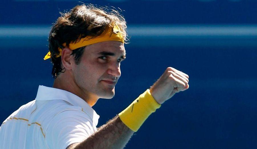 Roger Federer s'est qualifié dimanche pour les quarts de finale de l'Open d'Australie en concédant une manche à l'Espagnol Tommy Robredo. Vainqueur 6-3, 3-6, 6-3, 6-2, le Suisse, numéro deux mondial, atteint ce stade de la compétition dans un Grand Chelem pour la 27e fois consécutive, égalant au passage le record jusque-là détenu par l'Américain Jimmy Connors. Le Bâlois affrontera Wawrinka ou Roddick au prochain tour.
