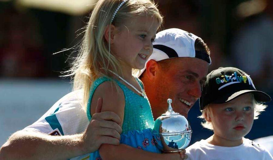 L'Australien Lleyton Hewitt, 54e mondial, a fait tomber le Français Gaël Monfils au tournoi exhibition de Kooyong, dans la banlieue de Melbourne (N.12), 7-5, 6-3. Il partage ici sa victoire avec ses deux petites têtes blondes, Mia et Cruz.