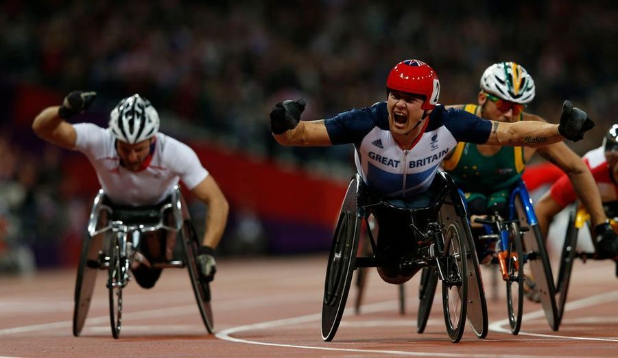 En second plan, Julien Casoli, médaille de bronze du 5000 mètres fauteuil.