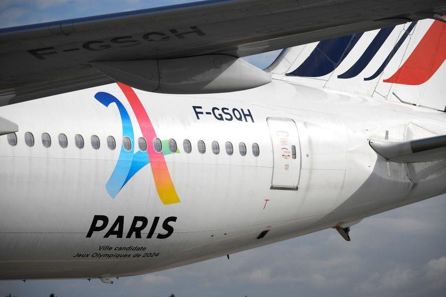 Le Boeing 777 affrété par Air France est aux couleurs de Paris-2024.