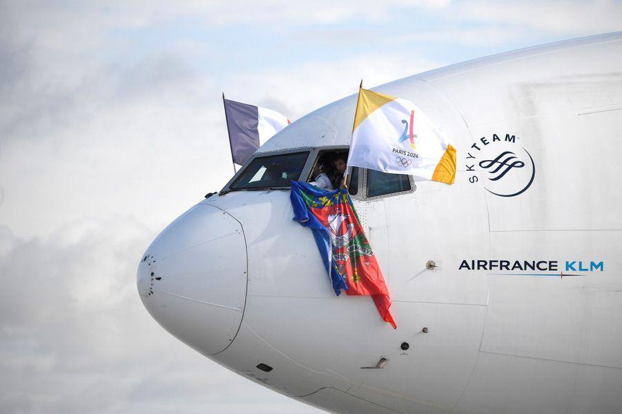 Les pilotes ont déployé les drapeaux de la France, de Paris-2024 et de la ville de Paris à travers les vitres du cockpit.