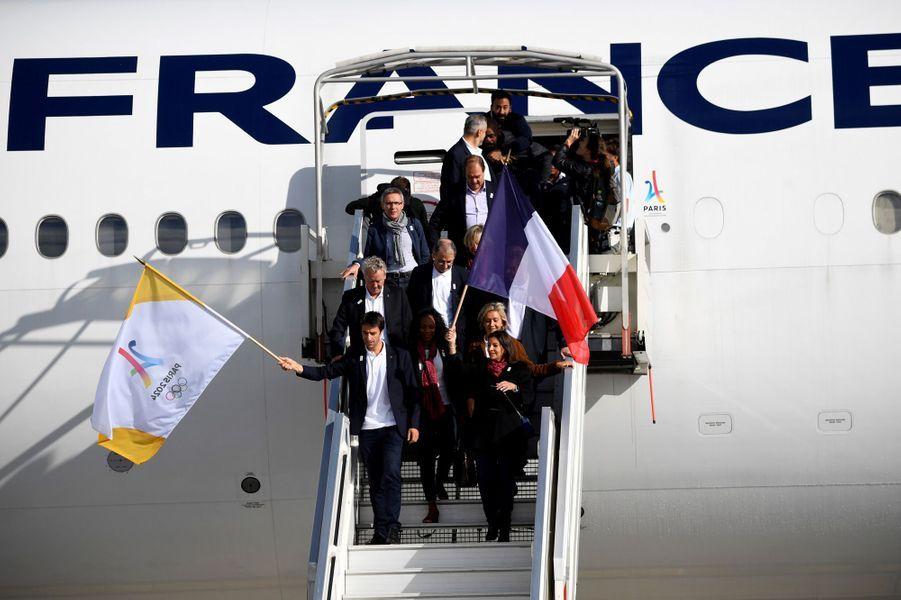 Anne Hidalgo est sortie la première de l'avion, en agitant un grand drapeau français.